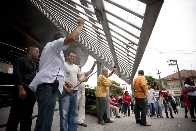 Fiscais fecham os portões para os estudantes no segundo dia de provas do ENEM (Exame Nacional do Ensino Médio), na Uninove da Barra Funda, em São Paulo