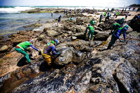SALVADOR, BA, 18.10.2019: Agentes da prefeitura de Salvador realizam limpeza de óleo acumulado na praia de Pedra do Sal, próximo a Itapuã.  (Foto: Raul Spinassé/Folhapress, COTIDIANO) *** COTIDIANO EXCLUSIVO***