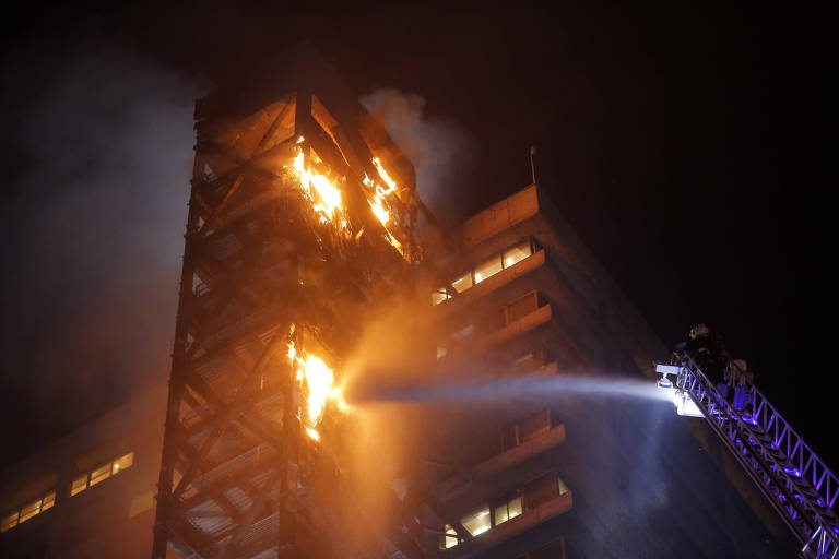 Prédio da Enel em Santiago pega fogo em meio a caos de protestos contra aumento de tarifas de metrô