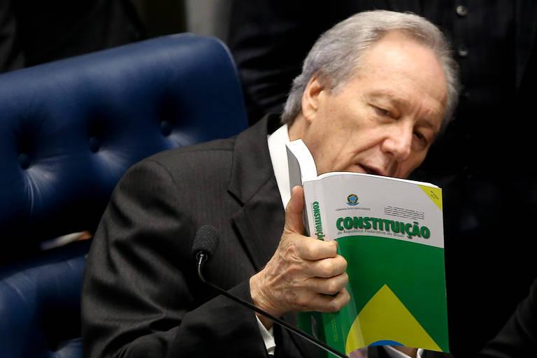 Em agosto de 2016, Ricardo Lewandowski presidiu a sessão do Senado que cassou o mandato da ex-presidente Dilma Rousseff por 61 votos a 20. Durante os trabalhos, o magistrado articulou com senadores a aprovação de salário para os ministros do Supremo. Um mês depois do julgamento, Lewandowski disse em uma aula que o impeachment foi um 'tropeço da democracia'