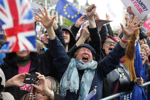 EU supporters react after the result of the vote on the deal delay was announced at the House of Commons on a Saturday for the first time since the 1982 Falklands War, to discuss Brexit in London, Britain, October 19, 2019. REUTERS/Simon Dawson ORG XMIT: GDN1221