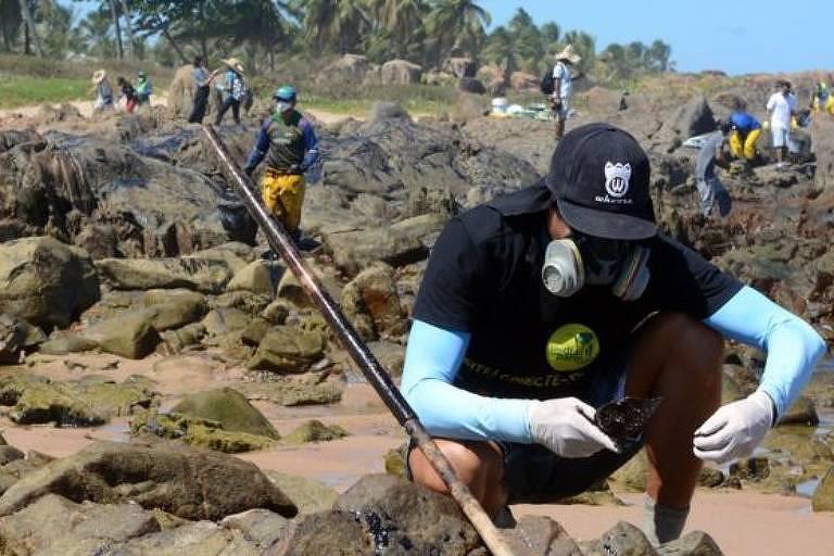 Voluntário recolhendo óleo