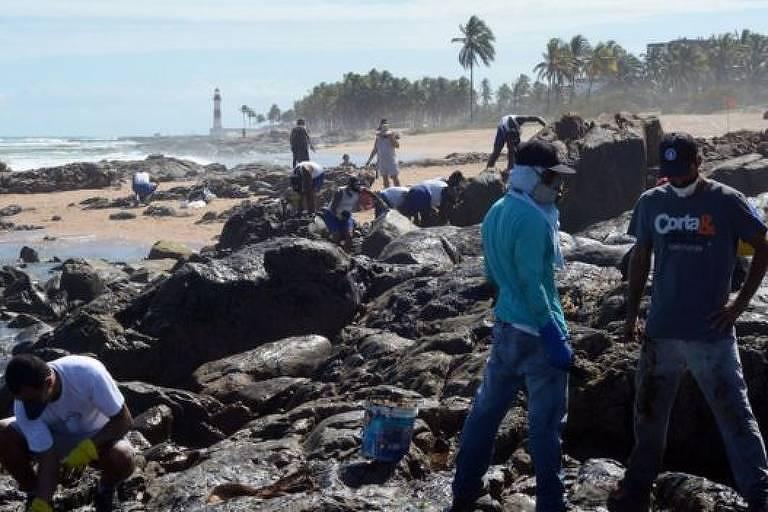 Voluntários recolhendo óleo