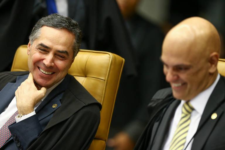 Os ministros Roberto Barroso e Alexandre de Moraes em sessão plenária do STF