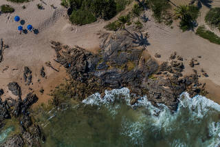 Manchas de óleo são vistas na praia de Pedra do Sal, em Itapuã, em Salvador (BA)