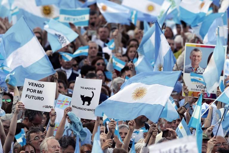 Foto mostra apoiadores de Macri segurando bandeiras da Argentina durante marca