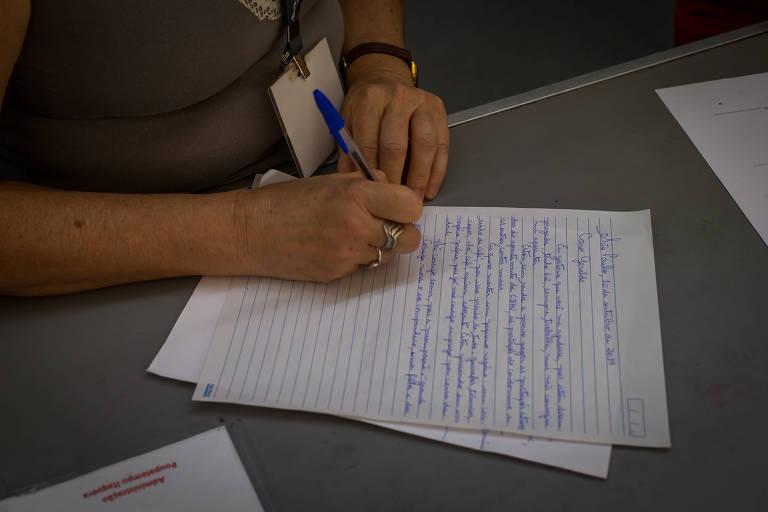 Serviço de escrever carta resiste com avanço da tecnologia