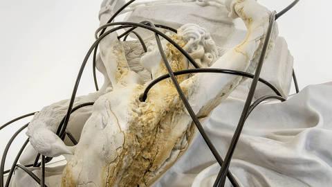 Obra 'Prometheus', de Thomas Feuerstein, exibida na Bienal de Lyon