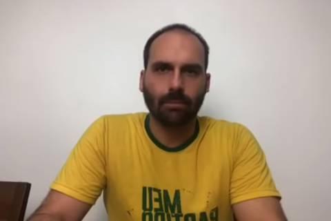 Nas redes sociais, Eduardo defende Bolsonaro, culpa laranjas e ataca Joice