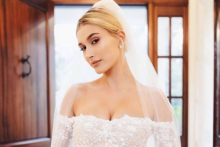 Hailey Bieber usou vestido com frases bordadas em casamento com Justin