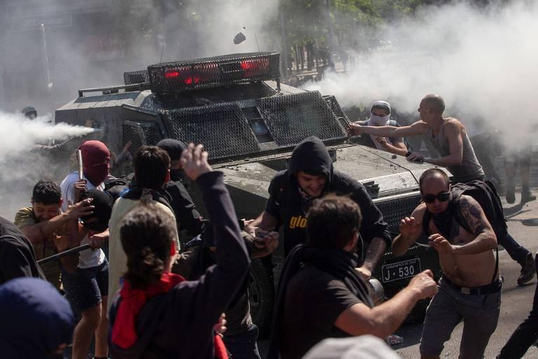 Manifestantes entram em confronto com a polícia durante protesto em Santiago