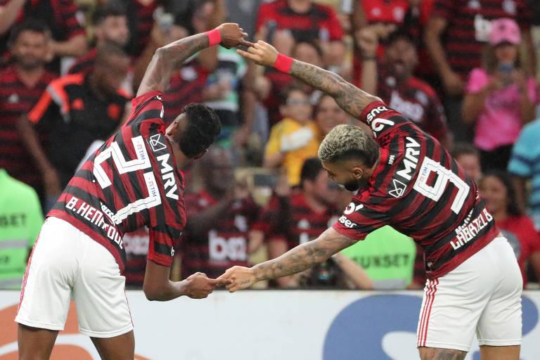 Gabriel e Bruno Henrique, de costas, tocam as pontas dos dedos em comemoração de gol