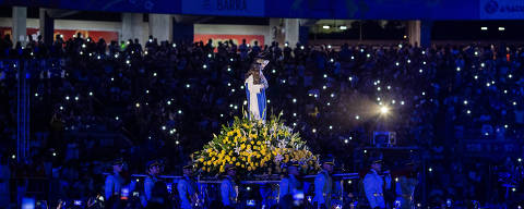 SALVADOR, BA, BRASIL, 20-10-2019: Público observa a imagem de Santa Dulce, no final da missa em comemoração à canonização da Santa no estádio Fonte Nova em Fortaleza, neste domingo. (Foto: Eduardo Anizelli/ Folhapress, PODER)