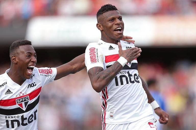Arboleda comemora com Léo o seu gol, que deu a vitória ao São Paulo sobre o Avaí, no Morumbi, pelo Campeonato Brasileiro
