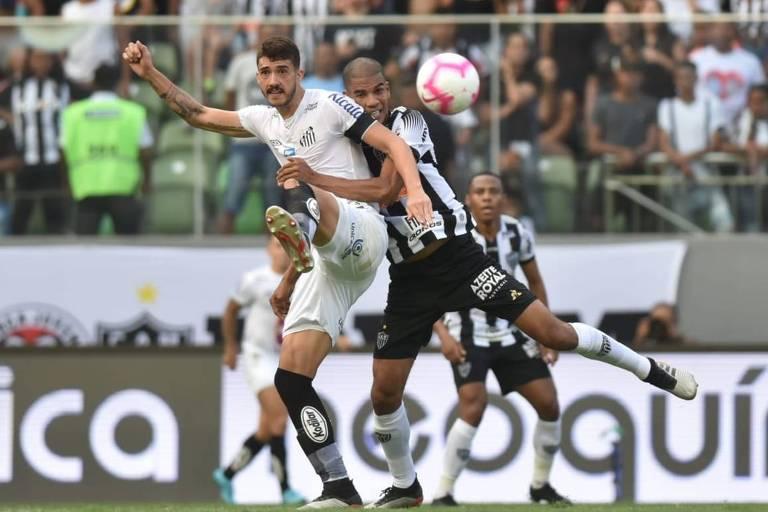 Santista Gustavo Henrique divide com o zagueiro atleticano Leonardo Silva, que marcou o segundo gol do Galo no estádio Independência, pelo Campeonato Brasileiro