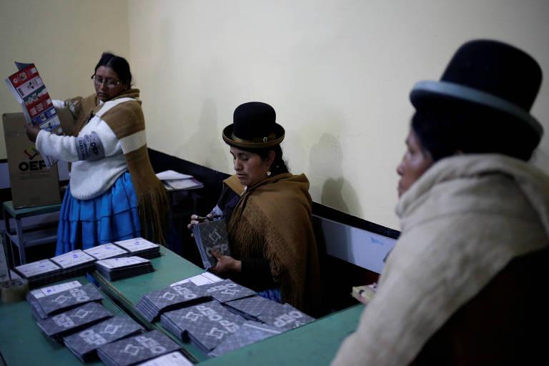 Funcionários contam votos durante a eleição presidencial na Bolívia, em La Paz