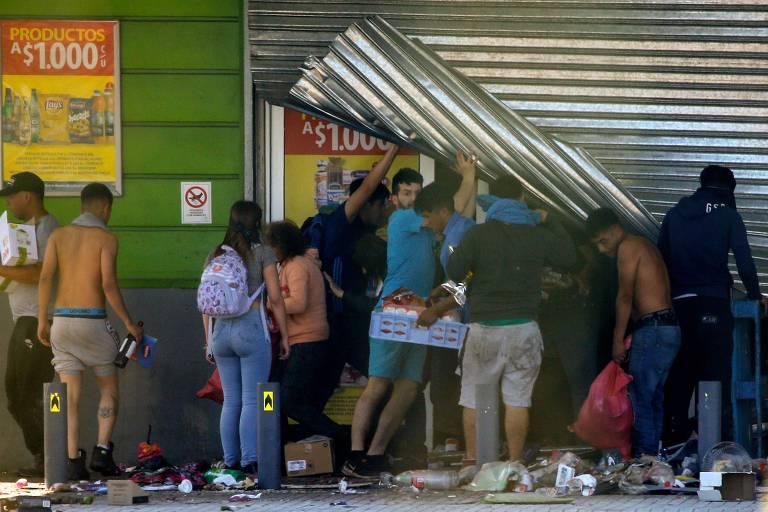 Pessoas saqueiam supermercado em Puente Alto, região metropolitana de Santiago, no Chile