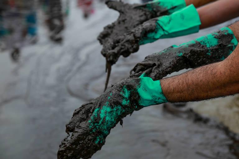 Voluntários tiram óleo de praias do Nordeste