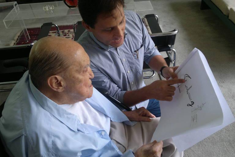"""Paulo Sergio Niemeyer e o avô, Oscar Niemeyer - Paulo Sergio Niemeyer é arquiteto, urbanista e renomado designer brasileiro. Filho da arquiteta Ana Elisa Niemeyer, neta de Oscar Niemeyer, Paulo é o seu único bisneto formado em arquitetura. Sua atuação na área já data mais de 20 anos. Junto de seu bisavô, abriu o Instituto Niemeyer de Políticas Urbanas e Culturais, em 2010. A vocação descoberta quando muito jovem, foi apurada ao longo do tempo, enquanto colaborava no desenvolvimento de projetos de Niemeyer realizados em muitas cidades brasileiras como aqueles construídos no Caminho Niemeyer em Niterói/RJ, Torre de Natal em Natal/RN , o Auditório São Paulo no Parque do Ibirapuera, em São Paulo/SP, Memorial Luis Carlos Prestes, em Porto Alegre/RS, entre outros e no exterior a exemplo o Sede do jornal L'humanité - Saint-Denis – França. Não faltam """"afinidades eletivas"""" entre Oscar e Paulo Niemeyer: a compreensão de que arquitetura é invenção, a procura de novas formas de comunicação visual, a preocupação em harmonizar espaços cheios e vazios, a eleição pelas curvas, torna seu bisneto o herdeiro das curvas de Niemeyer."""