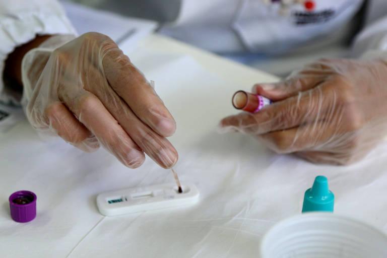 Profissional faz teste rápido de doenças sexualmente transmissíveis, como a hepatite C, durante o Carnaval em Salvador