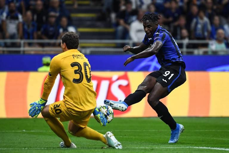 Duvan Zapata  tenta marcar gol contra o Shakhtar Donetsk, pela segunda rodada da Champions League