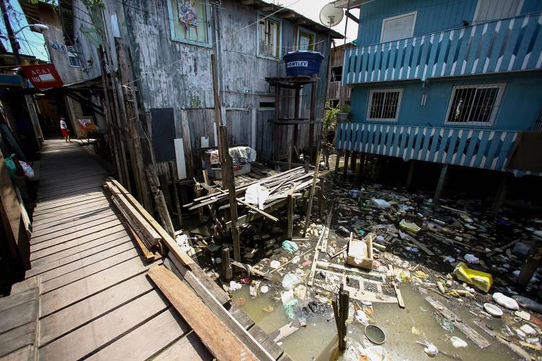 Lixo acumulado sob as palafitas na comunidade de Vila da Barca, em Belém (PA)