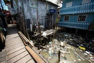Lixo acumulado sob as palafitas na Vila da Barca, em Belém (PA)