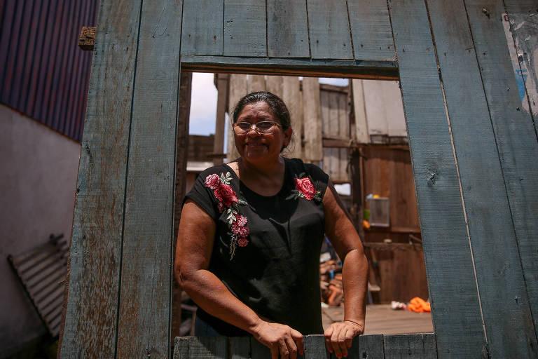 Shirlei Freitas Furtado, que tomou um empréstimo de 5 mil reais para reformar a casa que estava caindo, na comunidade de Vila da Barca, em Belém