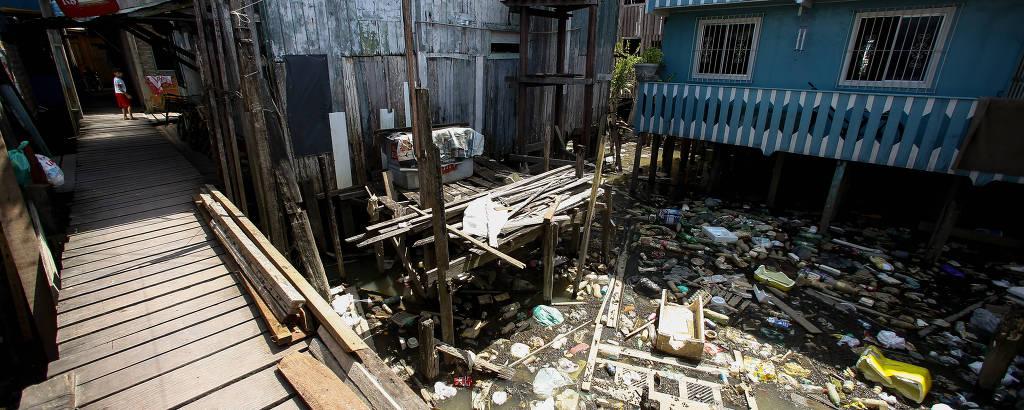 Comunidade de Vila da Barca, em Belém. Morando em palafitas e sem nenhum tipo de coleta de esgoto, moradores convivem com esgoto a céu aberto e lixo que é jogado direto na água da baía do Guajará