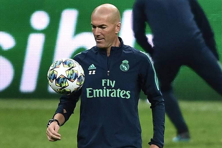 Zinedine Zidane controla bora durante o treino do Real Madrid