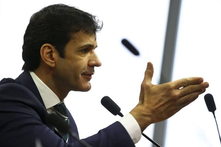 O ministro do Turismo, Marcelo Álvaro Antônio, com mão estendida em audiência no Senado