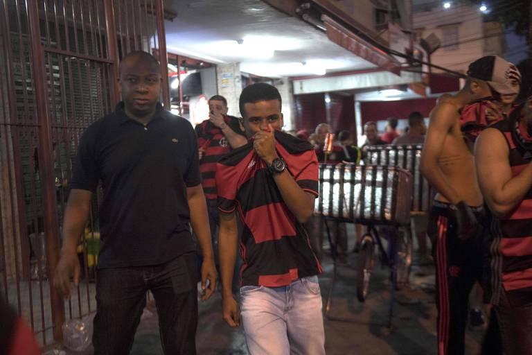 Torcedores do Flamengo na região do Maracanã reagem a bombas de efeito moral durante confusão antes da final da Sul-Americana de 2017