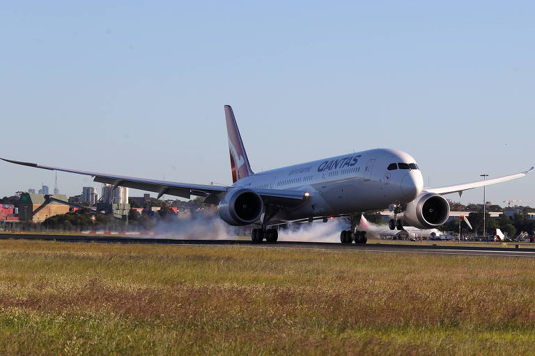 Após 19 horas de voo, o Boeing 787 Dreamliner da Qantas procedente de Nova York pousa em Sydney