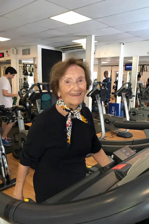 Maria de Lourdes Martins, 93 anos, praticando atividade física