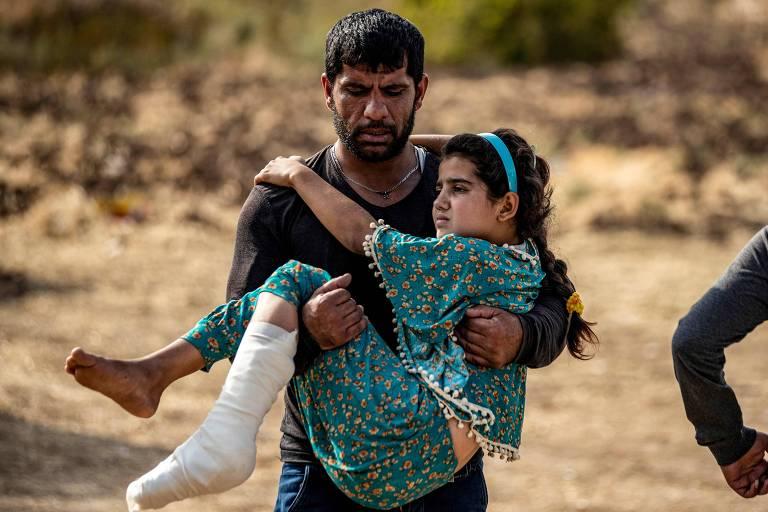 Menina árabe ferida em bombardeio turco em Ras al-Ain é levada para hospital