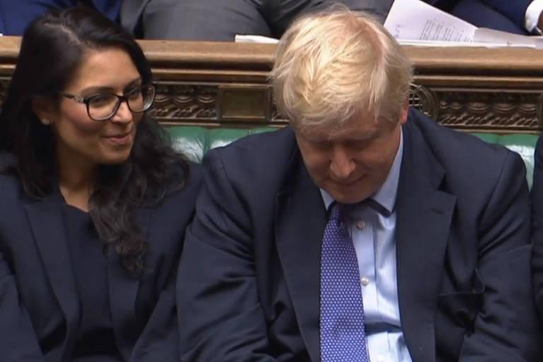 O primeiro-ministro britânico, Boris Johnson, durante a sessão do Parlamento nesta terça (22)