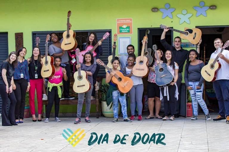 Doação de violões na campanha Dia de Doar 2018