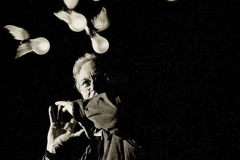 Retrato do designer alemão Ingo Maurer com sua criação 'Lucellino' para revista Domus em 1998