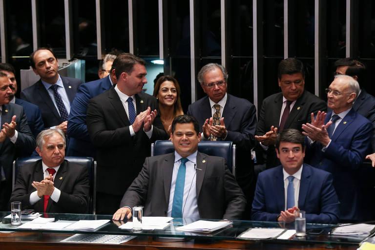 Senadores e o ministro Paulo Guedes (em pé, ao centro) celebram aprovação do texto-base da reforma da Previdência