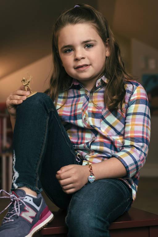 Vivian Lord, 6, segura um soldadinho de brinquedo em sua casa em Little Rock, Arkansas