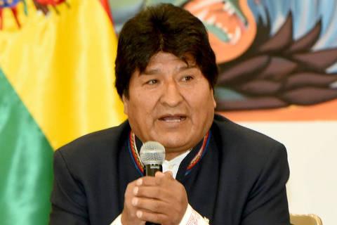 (191022) -- LA PAZ, 22 octubre, 2019 (Xinhua) -- Imagen cedida por la Agencia Boliviana de Información (ABI) del presidente boliviano, Evo Morales (c), hablando en una reunión con observadores electorales de la Organización de Estados Americanos, en la Casa Grande del Pueblo, en La Paz, Bolivia, el 22 de octubre de 2019. El gobierno boliviano invitó el martes a los organismos internacionales, misiones de observadores y países a acompañar el conteo oficial de las actas para garantizar la transparencia de los resultados de las elecciones generales realizadas el domingo en Bolivia. (Xinhua/Enzo De Luca/ABI) (dv) (vf)