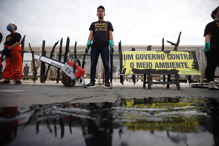Ativistas do Greenpeace protestam em frente ao Palácio do Planalto, em Brasília, contra o derramamento de óleo na região Nordeste do Brasil e as queimadas de árvores da Amazônia