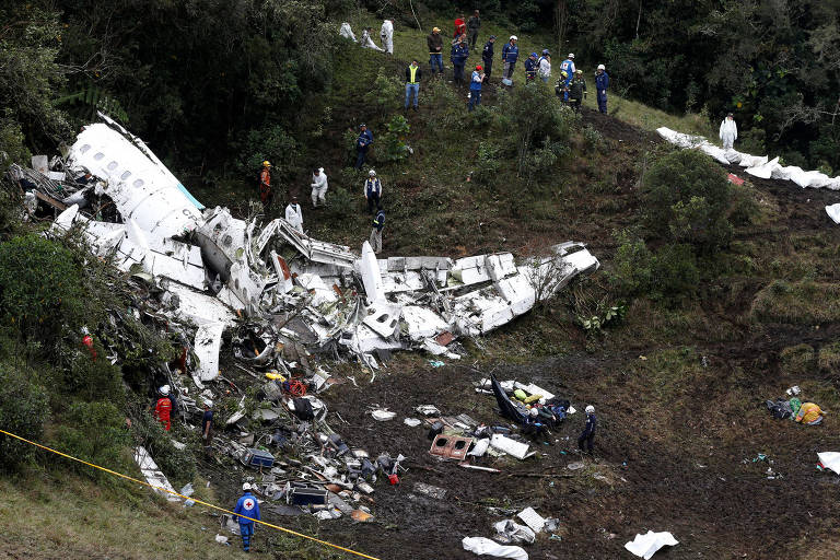 Equipe de resgate trabalha no local do acidente com o voo da Chapecoense, em 2016