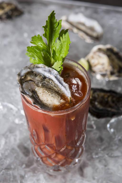 Drinque do La Casa Península Ibérica, com rum infusionado com ostra fresca, suco de limão siciliano, molho inglês, sal e suco de tomates