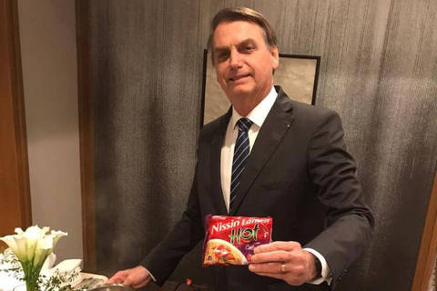 Japao  Presidente da República, Jair Bolsonaro preparando miojo  Credito Kaio Chagas no Twitter