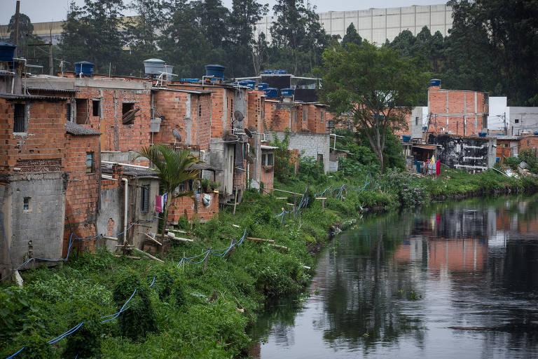 Comunidade Chácara Três Meninas, na zona leste, onde população vive sem água e esgoto tratado