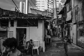 Crianças na comunidade Campo do América, em Fortaleza (CE)