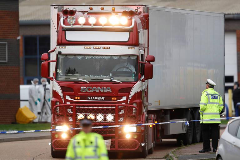 Policiais manobram caminhão em que foram encontrados os corpos; há suspeita de tráfico de pessoas