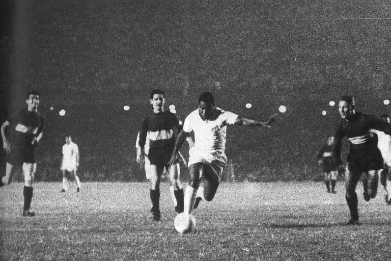 Coutinho para abrir o placar diante do Boca Juniors, no primeiro jogo da final da Libertadores de 1963