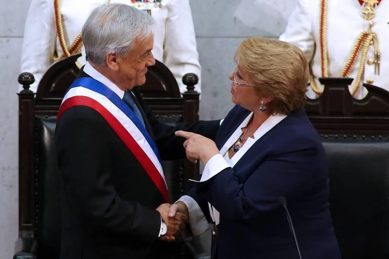 Sebastián Piñera e Michelle Bachelet se cumprimentam durante a cerimônia de posse do primeiro em março de 2018